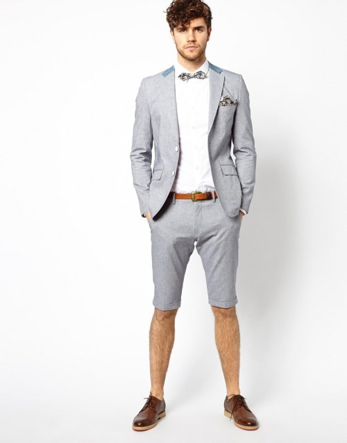 Jas Pria Memakai Jas dengan Celana Pendek